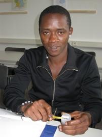 Abu aus Ghana lernt Lesen und Schreiben