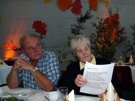 Sylvia Klein; im Hintergrund gebasteltes Herbstlaub