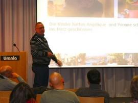 Schulleiter Ulrich Gehrke stellt das Projekt Labyrintus vor