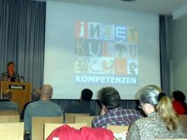 Unsere Trainerin Barbara Heinze präsentiert das Projekt »ICONE - Ihre Chancen ohne Grenzen«