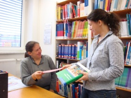 Frau Siebert und Frau Wörth in der Standortbibliothek