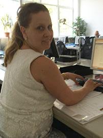 Frau Schliffke an ihrem PC-Arbeitsplatz