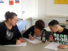 Jugendliche der AIS arbeiten gemeinsam an ihren Bewerbungen