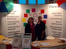 Frau Sommerfeldt und Frau Millington-Leutloff auf der diesjährigen Messe im Rathaus Spandau