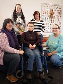 Teilnehmerinnen aus dem Bereich Pflege und Betreuung beim Rollstuhltraining